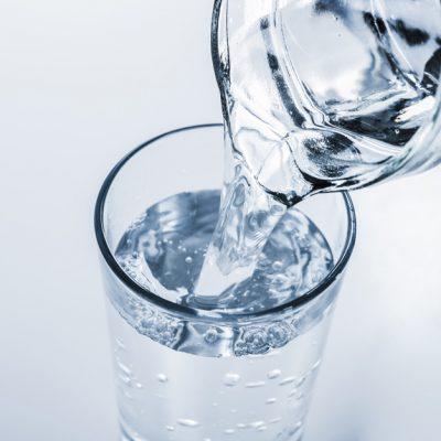 jarra-llenando-vaso-agua